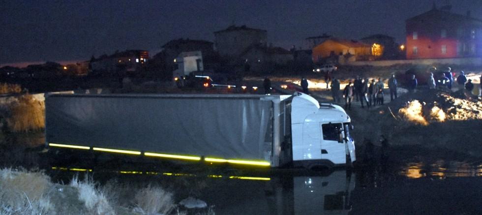 Su kanalına düşen tırın sürücüsü öldü