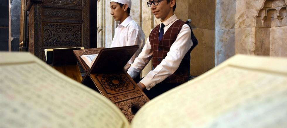 Tarihi camilerdeki geleneği çocuk hafızlar sürdürüyor