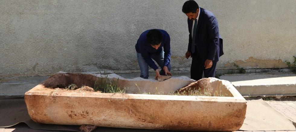 Tarlada Roma dönemine ait mermer lahit bulundu