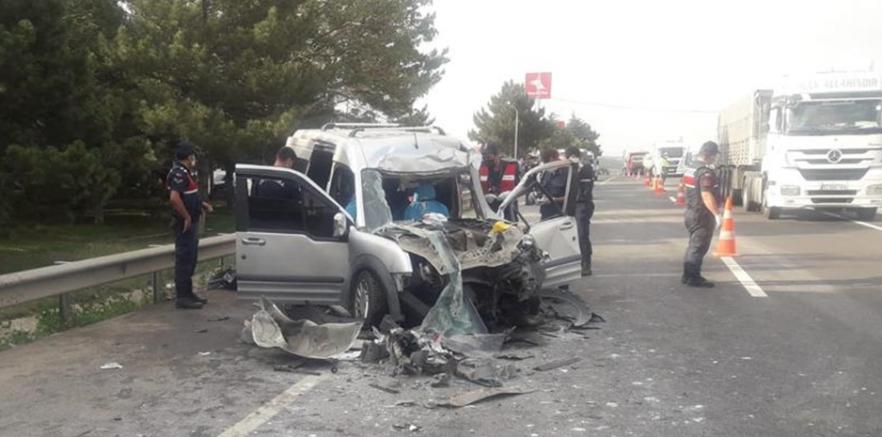 Tırla çarpışan araçtaki anne ve kızı öldü, baba ve iki çocuğu yaralandı