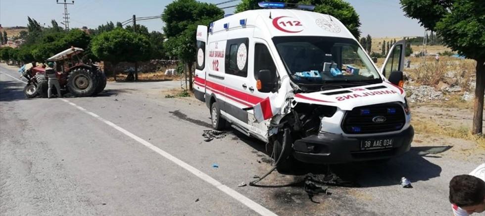 Tomarza'da ambulans ile traktör çarpıştı