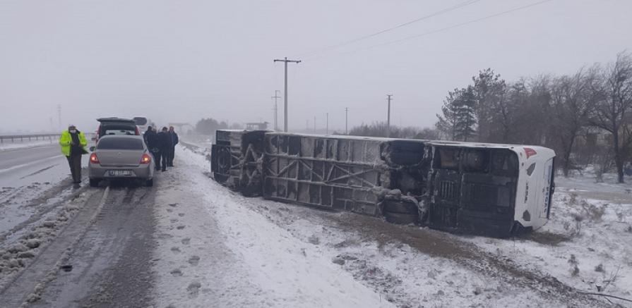 Tur otobüsü şarampole devrildi 1 kişi öldü, 12 kişi yaralandı