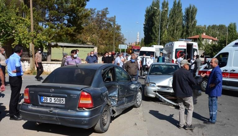Yahyalı 'da iki otomobil çarpıştı: 6 yaralı