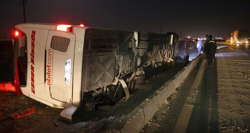 Yolcu otobüsü devrildi 14 kişi yaralandı