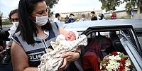 Hamile kadın hastaneye yetişemeyince uygulama noktasında kadın polisin yardımıyla doğum yaptı